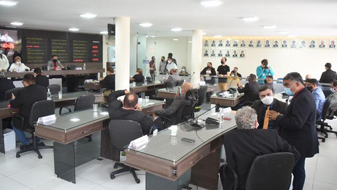 Imagem 1 -  Em sessão extraordinária, realizada na manhã desta segunda-feira, 14, os vereadores aprovaram, em segunda votação, o aumento do número de cadeiras na casa para 23.