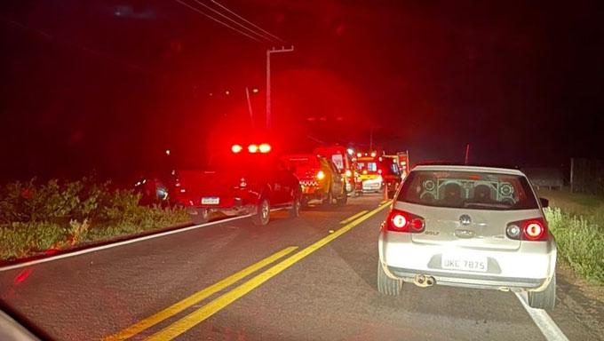 Imagem 1 -  Morreram no local um homem, uma mulher e uma criança; Os três estavam trafegando numa motocicleta, por volta das 19 horas deste domingo, 7, quando teria se envolvido num acidente com o motorista de um Corsa ou Celta, que fugiu do local da ocorrência